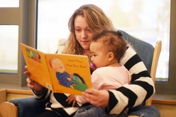 माँ बच्चे को पढ़ा रही है blog image