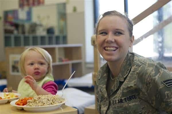 माँ और बच्ची नाश्ता करते हुए blog image