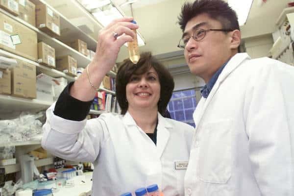 प्रयोगशाला में काम करने वाले वैज्ञानिक blog image
