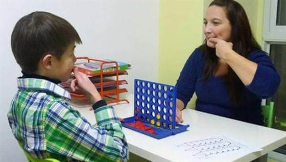एक स्पीच थैरेपिस्ट बच्चे को बोलना सिखा रही है blog image