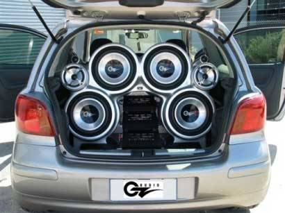 कार में उच्च शक्ति वाले एम्पलीफायर और विशाल स्पीकर लगाकर संगीत सुनना blog image