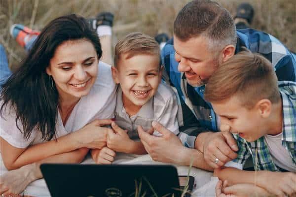 घर बैठे स्पीच थेरेपी सत्र में भाग लेते हुए परिवार blog image