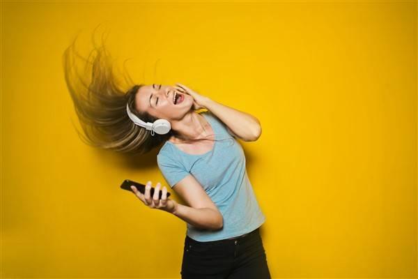 मोबाइल फोन के माध्यम से संगीत सुनना blog image