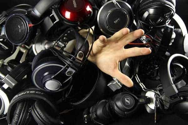 हेडफोन से घिरा हुआ blog image