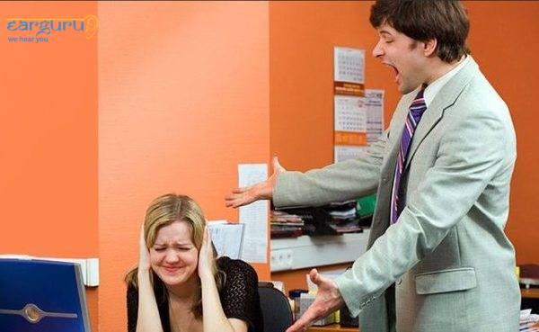 एक नाखुश ग्राहक अपनी कान की मशीन के बारे में शिकायत कर रहा है। blog image
