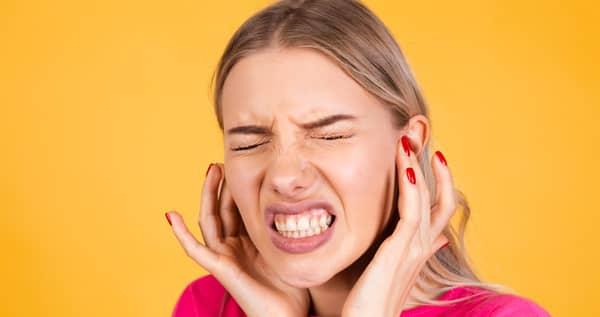 कान के दर्द से पीड़ित लड़की blog image